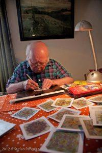 Ernst Schwab, der 85 jährige Onkel von Waltraud Schwab, arbeitete Zeit seines Lebens in der familieneigenen Tankstelle und entdeckte erst spät seine künstlerische Begabung als Sternenzeichner.
